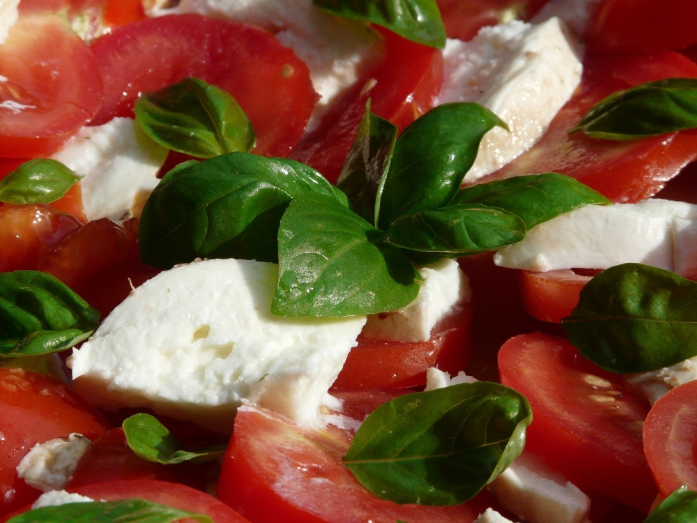 tomato-and-mozzarella-salad-8829_1920